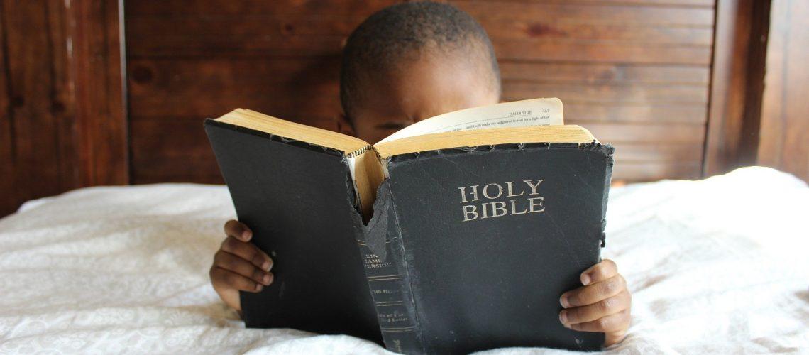crianca_biblia